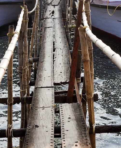 Ponte de madeira - foto de acervo