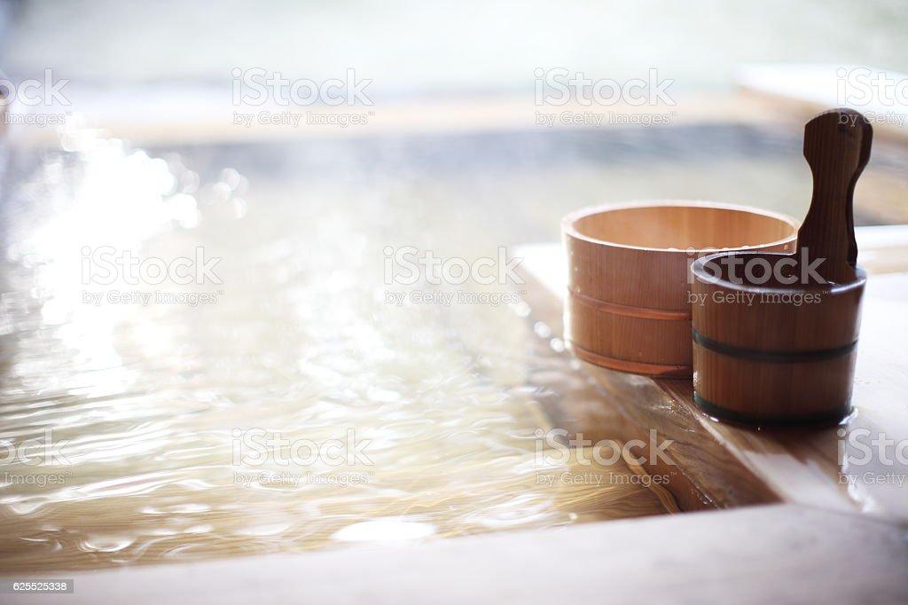 木製バケツ、日本の温泉のバスルーム ストックフォト