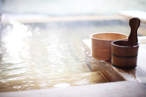 secchio in legno, un bagno di primavera calda giapponese - bacinella metallica foto e immagini stock