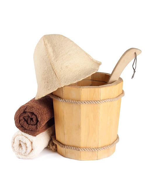 hölzerner eimer mit kelle und handtücher für die sauna - sauna textilien stock-fotos und bilder