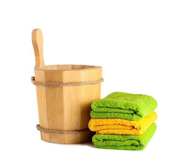 hölzerner eimer mit kelle-küchenutensil für sauna - sauna textilien stock-fotos und bilder