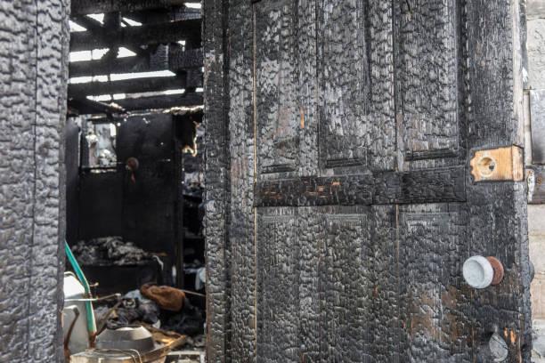 brända trädörr - brand sotiga fönster bildbanksfoton och bilder