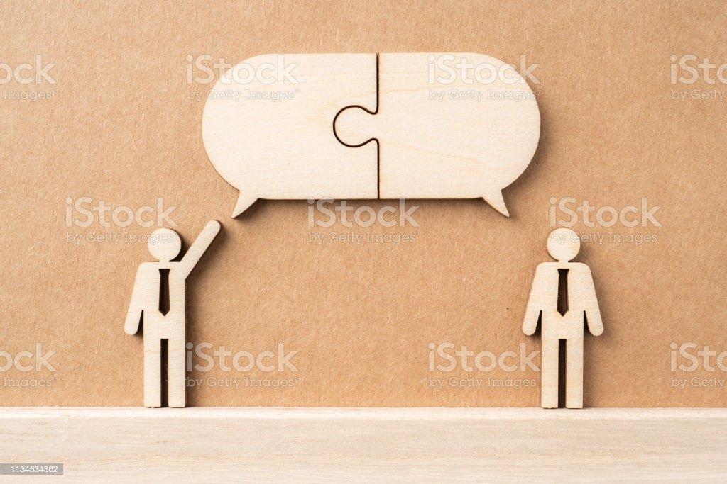 木のビジネスマンと会話のコンセプト ストックフォト