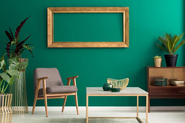 coffret en bois en intérieur vert - or couleur photos et images de collection