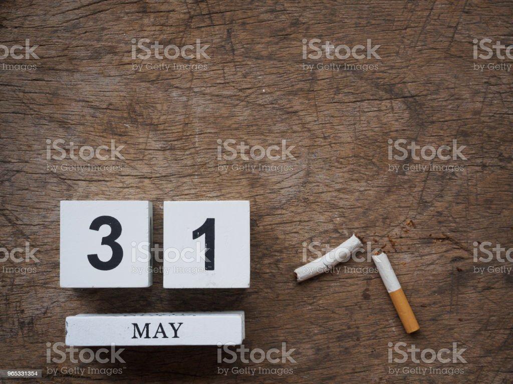 Bloc en bois calendrier 31 mai et cigarette cassée sur la vue de dessus de fond texture bois. Monde aucune notion de tabac. - Photo de Activité libre de droits
