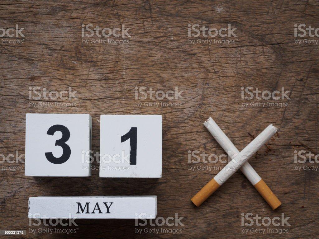 5 월 31 일 나무 달력 블록 그리고 나무 질감 배경 평면도에 부러진된 담배. 세계 담배 개념. - 로열티 프리 0명 스톡 사진