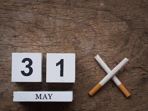 5 월 31 일 나무 달력 블록 그리고 나무 질감 배경 평면도에 부러진된 담배 세계 담배 개념 0명에 대한 스톡 사진 및 기타 이미지