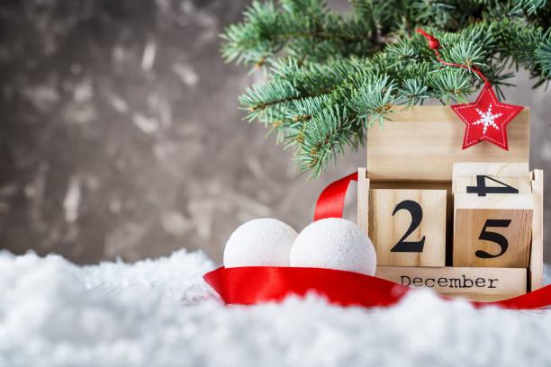 calendrier en bois situé sur le 25 décembre - nombre 24 photos et images de collection