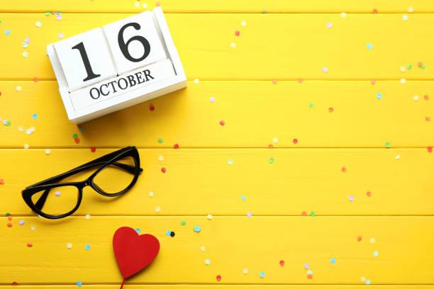 calendario de madera con vidrios y rojo corazón. concepto del día de boss - bosses day fotografías e imágenes de stock