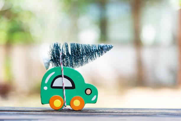Voiture en bois transportant un arbre de Noël. - Photo
