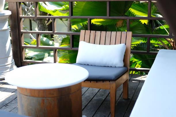 Holzstuhl und Sofacouch zum Entspannen auf dem Balkon auf der Terrasse – Foto