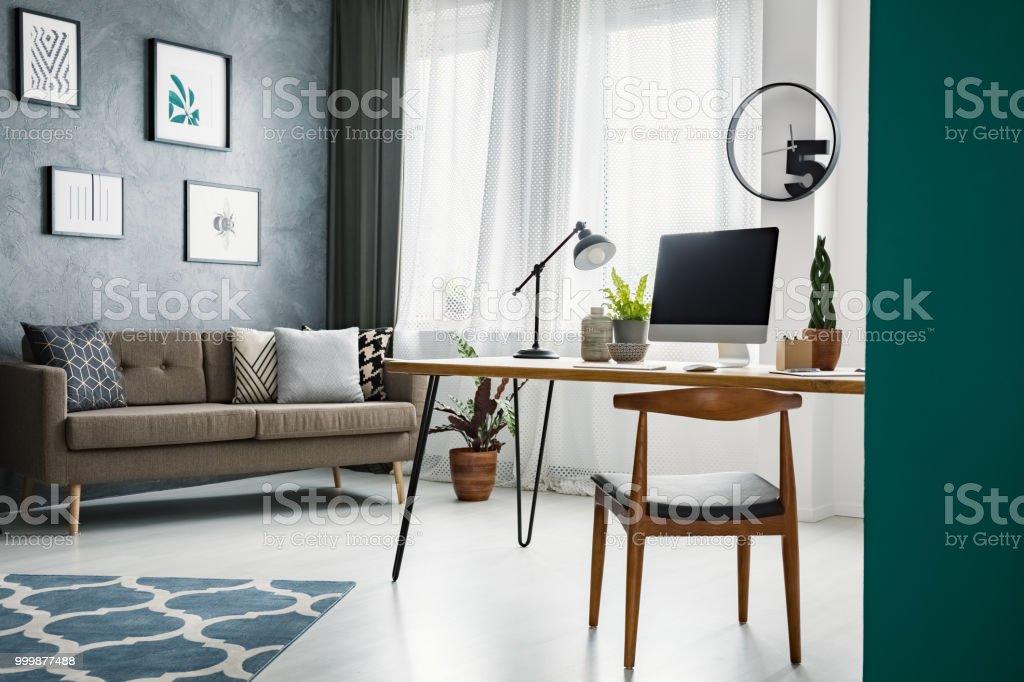 Holzstuhl Am Schreibtisch Im Wohnzimmer Interieur Mit ...