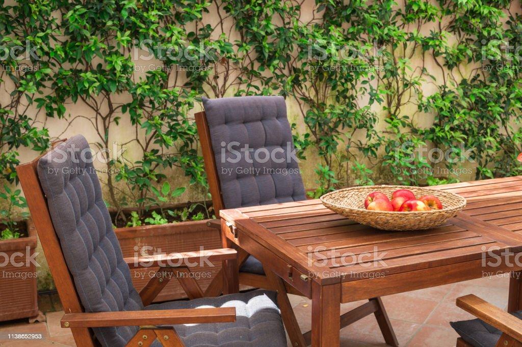 Sillas De Madera Y Una Mesa Para Relajarse En La Terraza