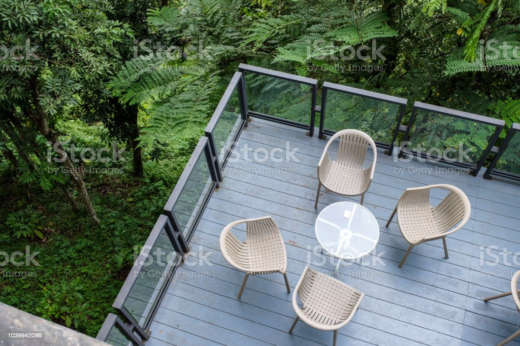 Photo libre de droit de Chaises En Bois Avec Table En Verre ...