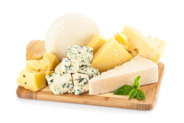 hölzerne cheese board isoliert auf weißem hintergrund - schnittkäse stock-fotos und bilder