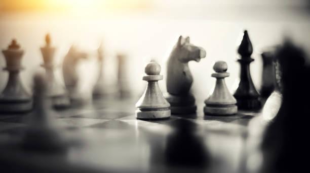 pièces d'échecs en bois sur l'échiquier. - échec photos et images de collection