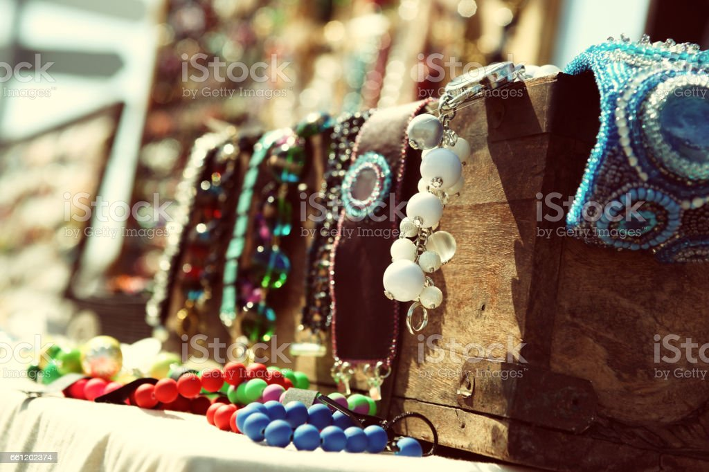 Wooden chest with colorful beads - foto de stock