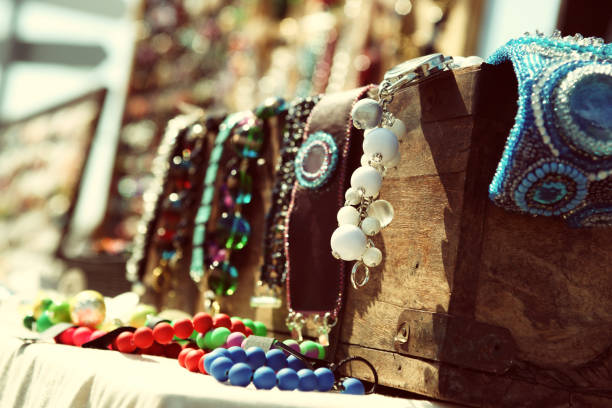 Wooden chest with colorful beads – Foto