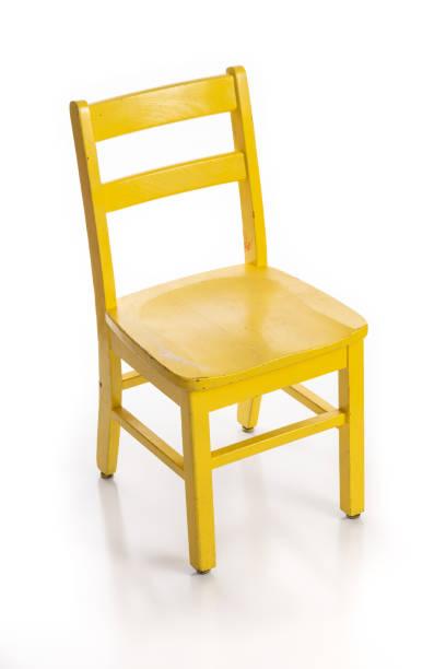 drewniane krzesło dziecięce pomalowane na żółto - krzesło zdjęcia i obrazy z banku zdjęć