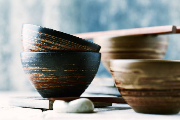 Hölzerne Stäbchen und Keramikschalen – Foto