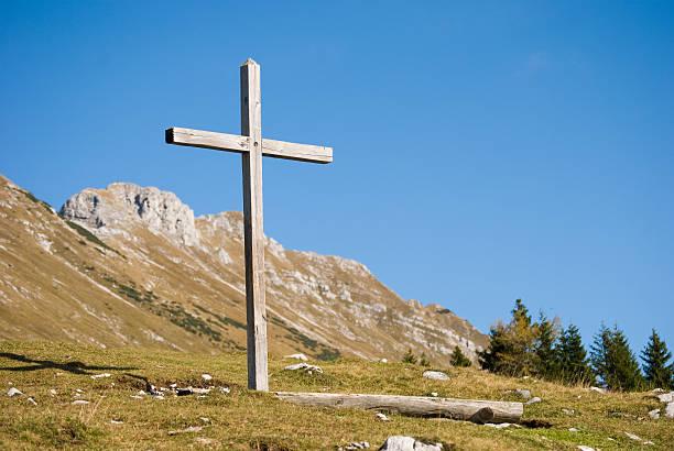 Hölzerne christian cross in die Berge-horizontale Aufnahme – Foto