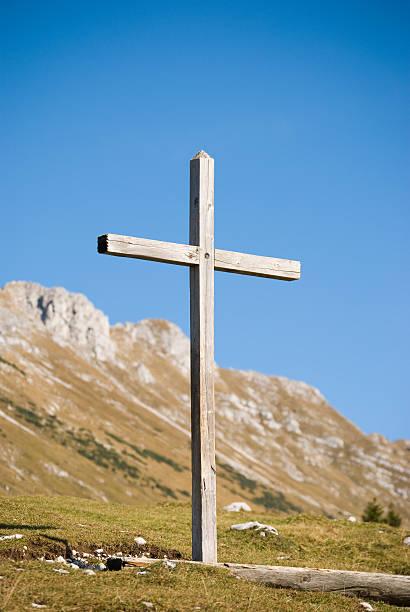 Hölzerne christian cross in die Berge-vertikale Aufnahme – Foto