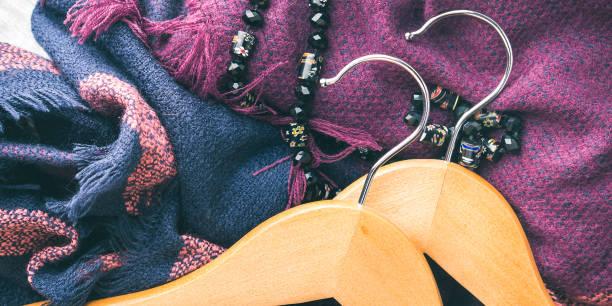hölzerne kleiderbügel. frau winterzubehör - dresses online shop stock-fotos und bilder