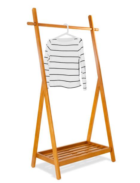 """hölzerne kleiderständer mit """"weissen mode"""" frau pullover auf kleiderbügel, mode und möbel, realistisch und isoliert auf weißem hintergrund. - schuhschrank günstig stock-fotos und bilder"""