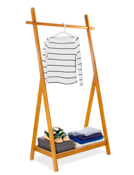 hölzerne kleiderständer mit weißen frau pullover auf kleiderbügel und lederschuhe mit zubehör modischer kleidung. mode, accessoires und möbel-konzept, realistisch und isoliert auf weißem hintergrund. - schuhschrank günstig stock-fotos und bilder