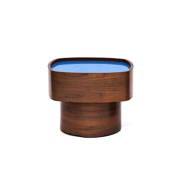 hölzerne kaffee schreibtisch/tisch mit blauer farbe auf der oberseite - kleiner couchtisch stock-fotos und bilder