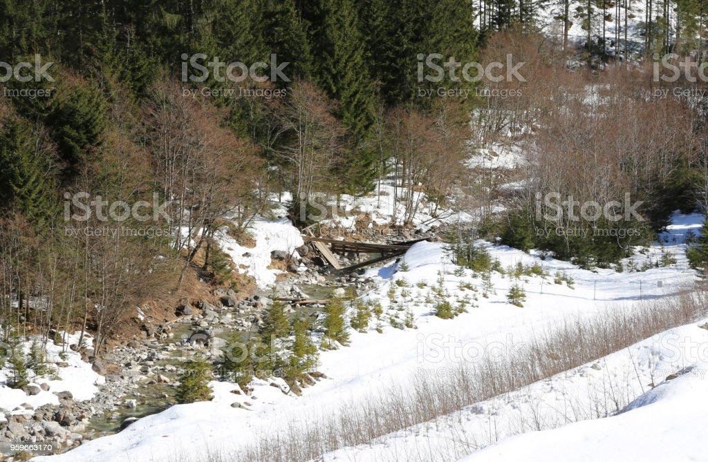 madera puente derrumbado en una secuencia - Foto de stock de Aire libre libre de derechos