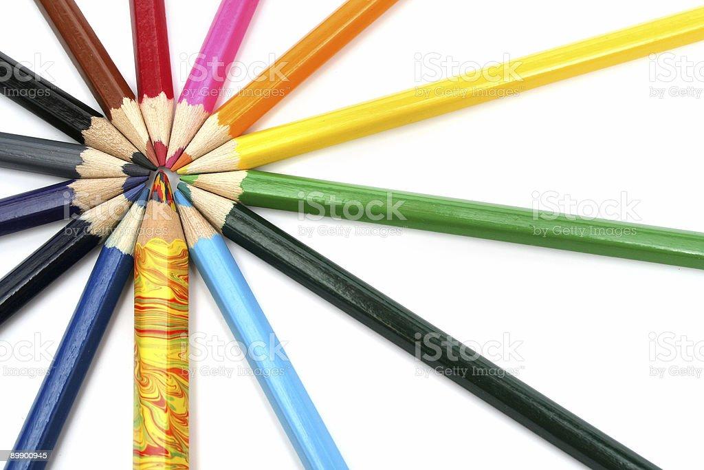 Деревянные цветные карандаши вокруг из конкурентов Стоковые фото Стоковая фотография