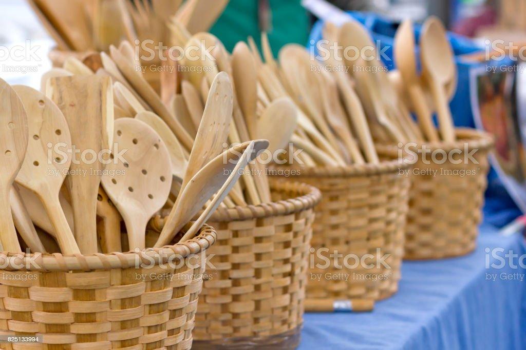 Utensilios en madera cestas de madera. - foto de stock