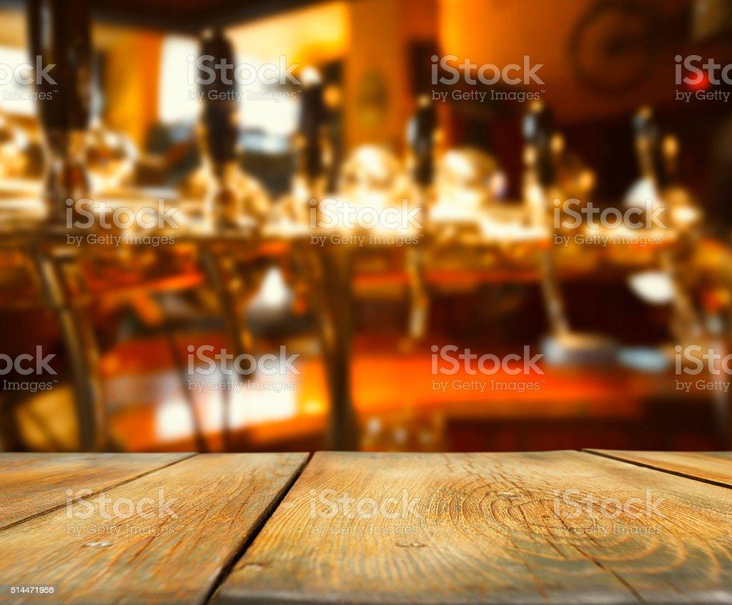 Banco bar in legno con sfondo retrò, pub Spillatore per la birra - foto stock