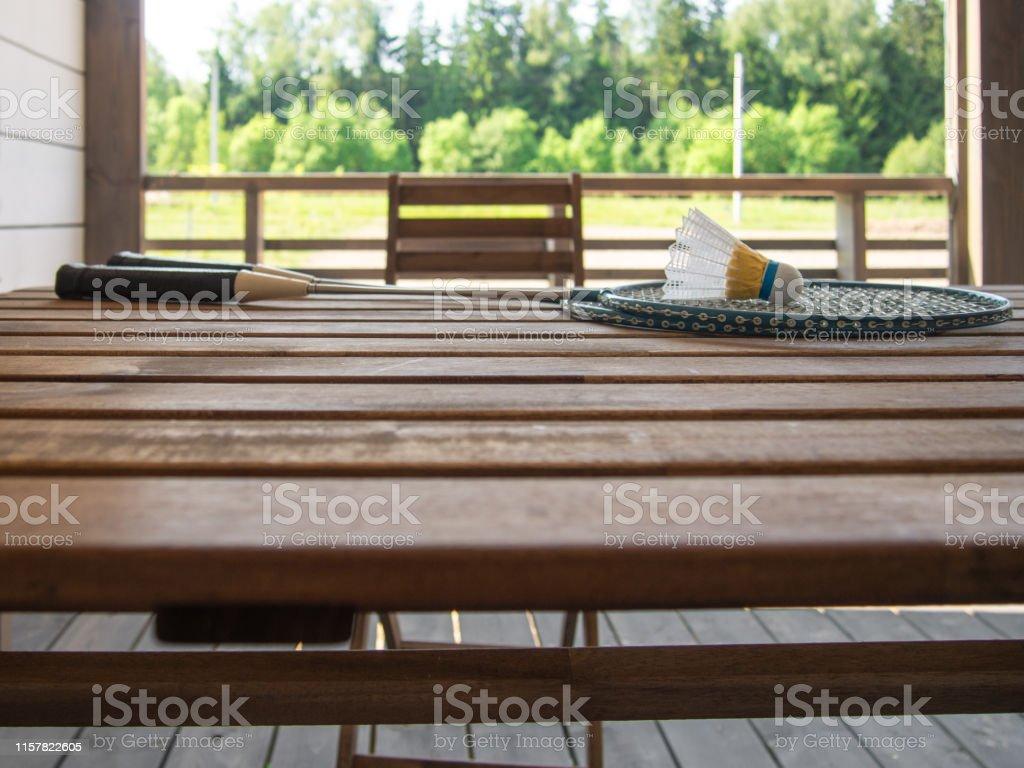 Muebles De Madera En La Terraza De Una Casa De Campo Dos