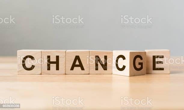 Holzwürfel Mit Wort Change Chance Bei Einem Holztisch Persönliche Entwicklung Und Berufliche Weiterentwicklung Oder Ändern Sich Konzept Flip Stockfoto und mehr Bilder von Alt