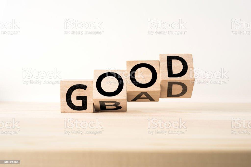 """cubo de madera con concepto de """"Bueno y malo"""" de palabra foto de stock libre de derechos"""
