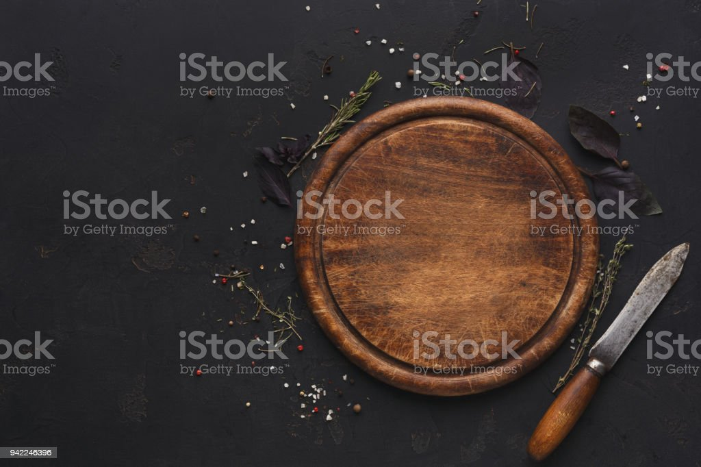 Holzbrett auf dunklem Hintergrund – Foto