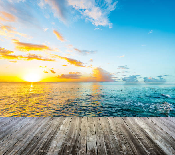 Holzdeck am karibischen Meer bei Sonnenuntergang – Foto