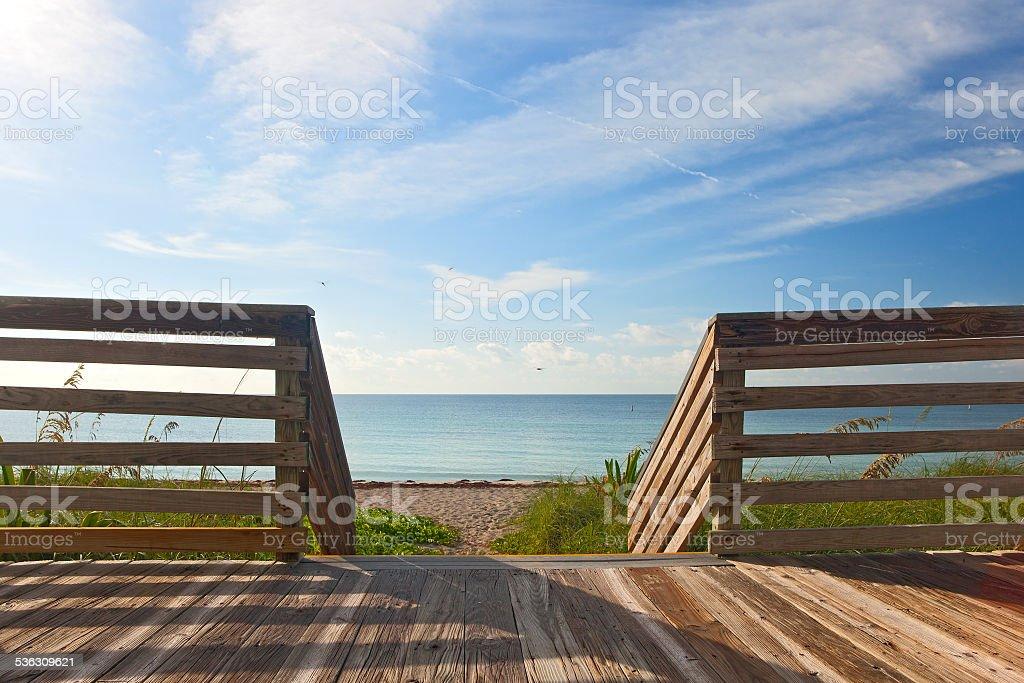 Valla Terraza De Madera Con Vista A La Playa Y Al Mar Foto