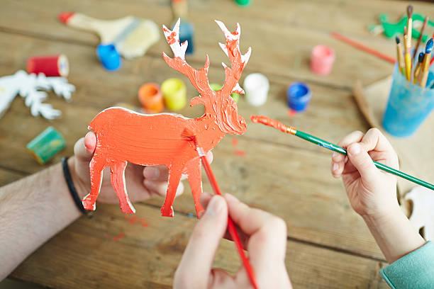 hölzerne deer - kindergarten workshop stock-fotos und bilder