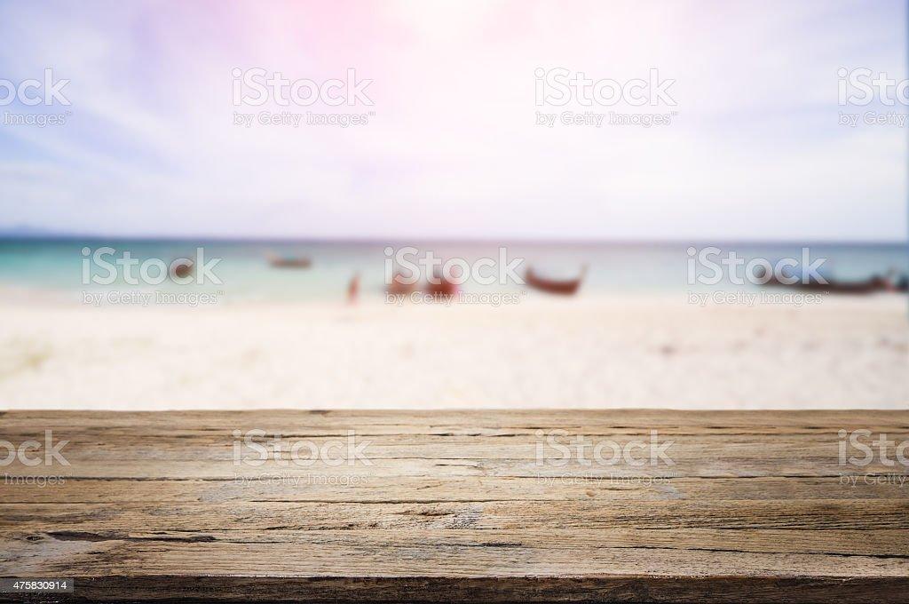 Schreibtisch aus Holz am Strand – Foto