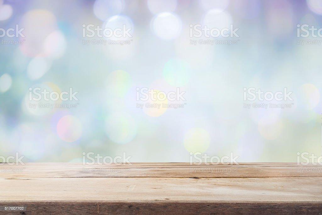 Schreibtisch aus Holz und Holzboden auf bokeh-Hintergrund. – Foto