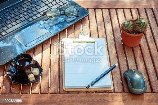 Différents bureaux et lieux de travail suivant les professions et le sexe du travailleur - fourniture et nécessaire de bureau -
