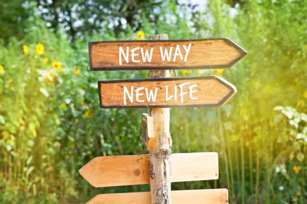 houten richting teken: new way, nieuw leven - nieuw leven stockfoto's en -beelden