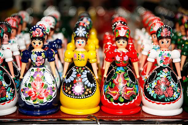 hölzerne puppen in ungarische folk kostüme als souvenir in row - ungarn stock-fotos und bilder