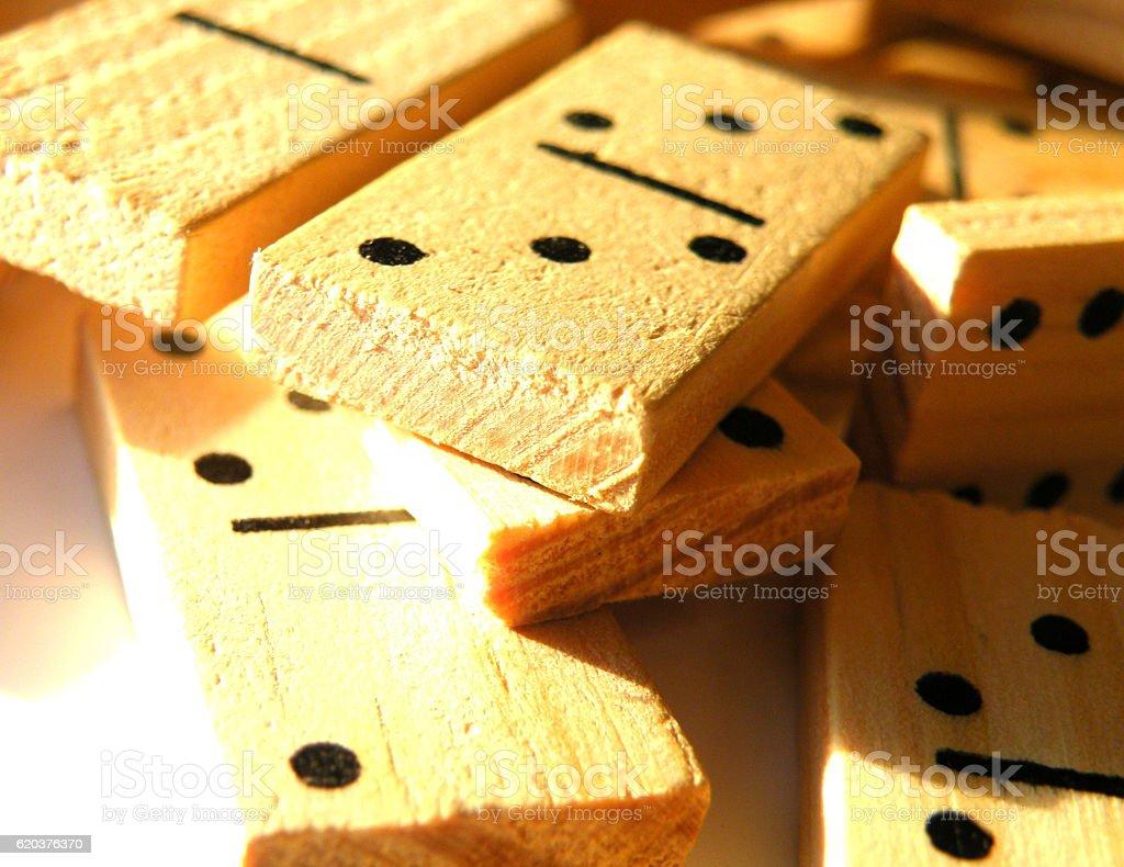 Dominó de madeira em linha foto de stock royalty-free