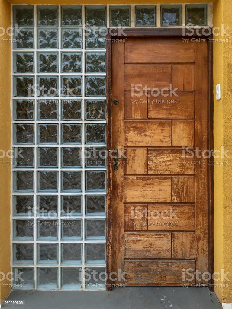 Hölzerne Tür und Glas Ziegel vor dem Eingang – Foto