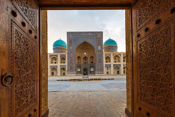 wooden door open. - oezbekistan stockfoto's en -beelden