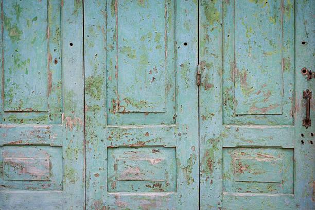 hölzerne tür - schlüssel dekorationen stock-fotos und bilder